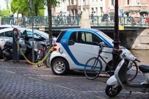 Comparatif scooter électrique / voiture électrique : quelle solution choisir ?