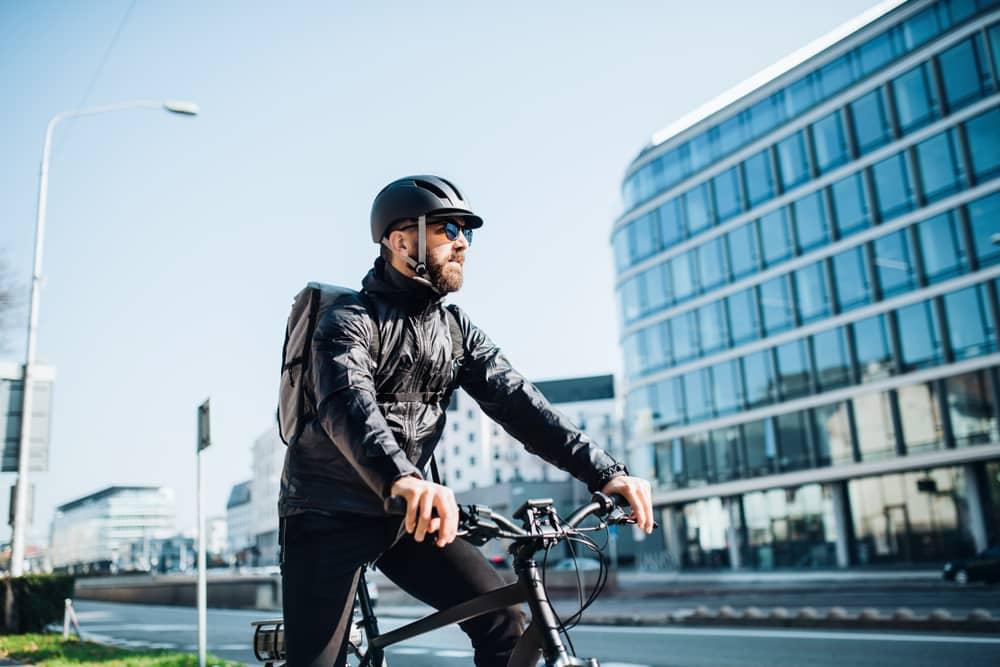 personne posant sur un vélo électrique